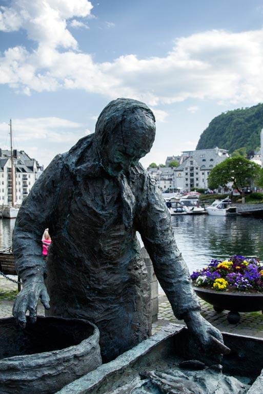 bronze statue of fisherwoman