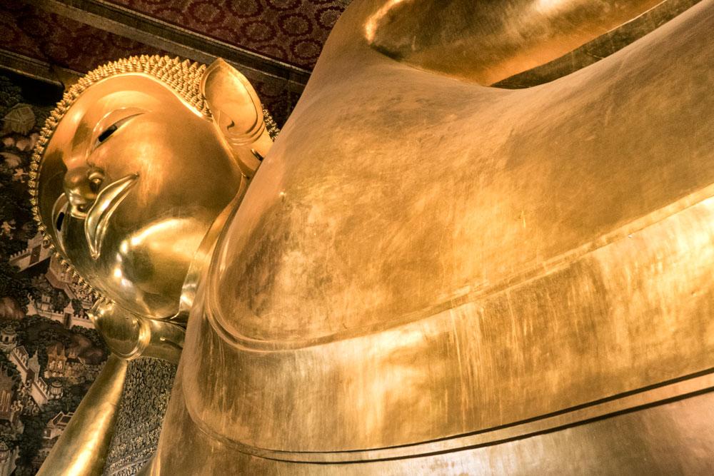 giant golden reclining buddha