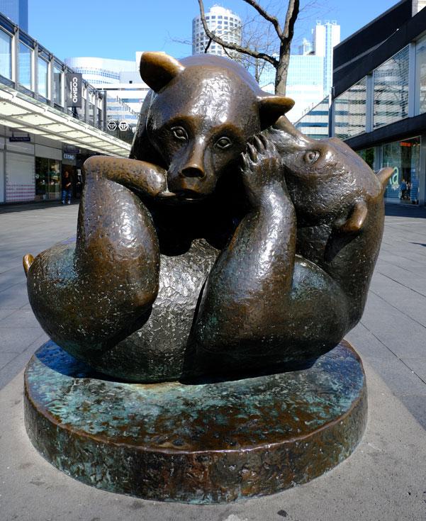 bear-sculpture-in-shopping-zone-in-rotterdam