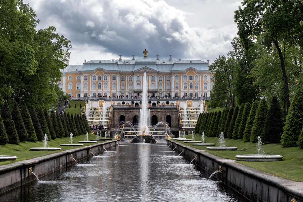 long fountain in fornt of peterhof palace near st petersburg