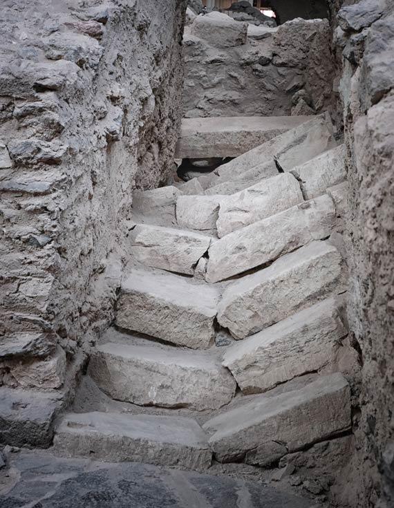 collapsed-steps-at-akriotiri-santorini