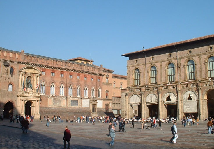 people-in-main-square-in-bologna-italy