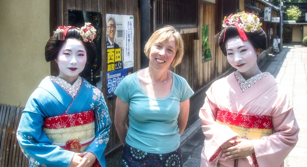 the flashpacker with two women dressed as gesiha in gion in kyoto