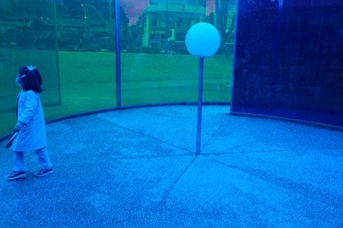 child walking in blue outdoor art installation kanazawa-21st-century-art-museum