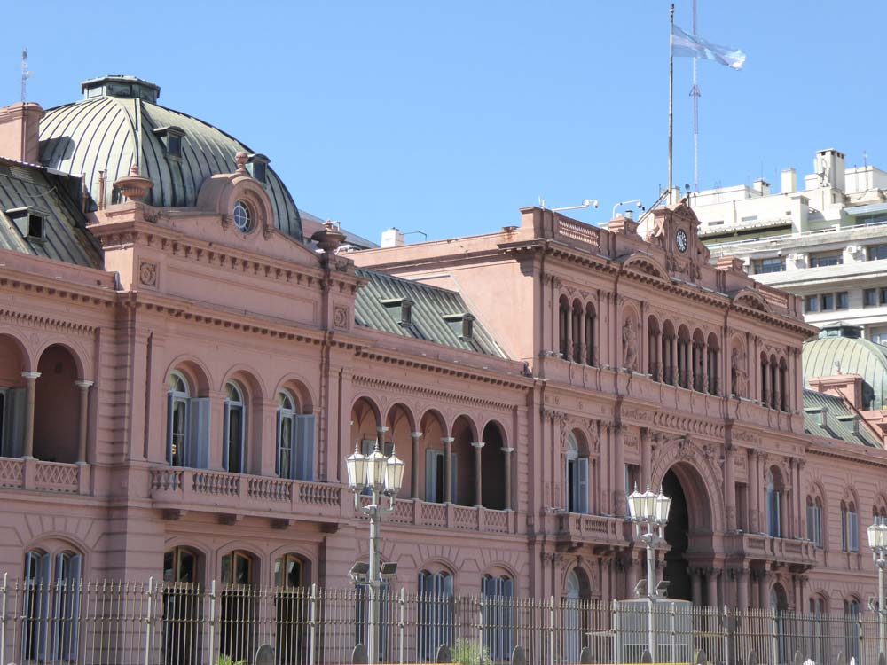 EXTERIOR OF pINK BUILDING OF CASA ROSADA IN BUENOS AIRES WITH FLAG