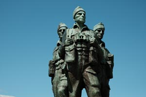 statue of 3 soldiers