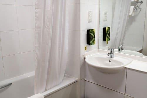 hotel white bathroom suite